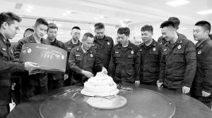 石家庄消防支队辛集中队门口的蛋糕谁送的?