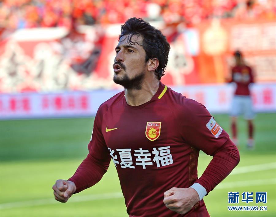 美丽 华夏/10月29日,河北华夏幸福队球员阿洛伊西奥进球后庆祝。