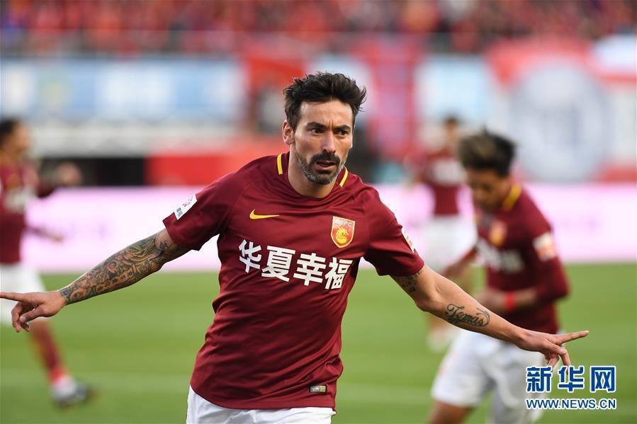 广州 牟宇摄/10月29日,河北华夏幸福队球员拉维奇在进球后庆祝。