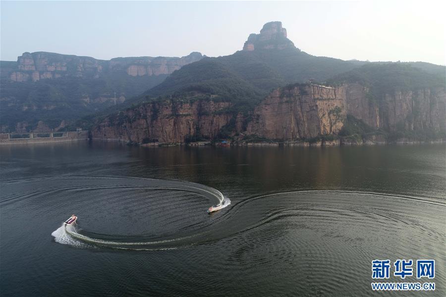 8月9日,游客在河北省沙河市秦王湖景区乘快艇游览(无人机拍摄).