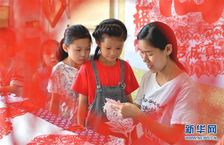 (社会)(2)河北磁县:学剪纸过暑假