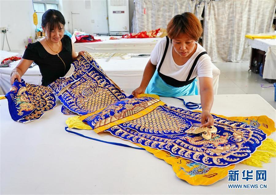 (社会)(1)河北肃宁:传承传统戏曲服装服饰制作技艺