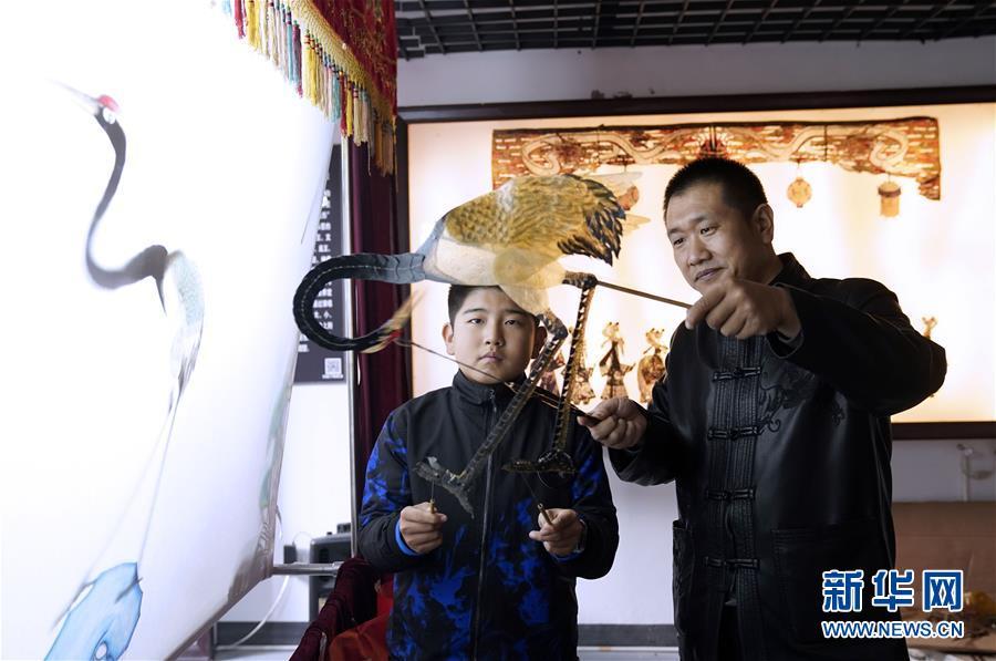 (文化)(1)河北迁安:农民夫妇传承皮影文化
