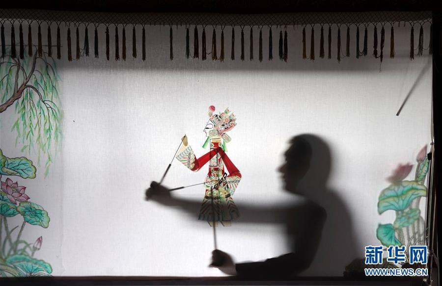 (文化)(2)河北迁安:农民夫妇传承皮影文化