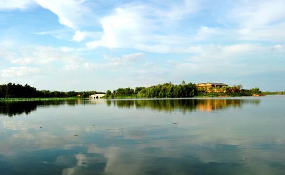 唐山南湖:采煤沉降区变公园    >>景区概况   唐山南湖公园是国家4A级景区,位于市中心南部,距市中心仅1公里,是唐山四大主体功能区之一南湖生态城的核心区,总体规划面积30平方公里,是融自然生态、历史文化和现代文化为一体的大型城市中央生态公园。    唐山南湖公园所在地曾是采煤沉降形成的废弃地,污水横流,垃圾遍地。1996年起,唐山开始对南湖采煤沉降地进行综合治理。经过不懈努力,昔日的工业疮疤已变身成一座水域面积11.
