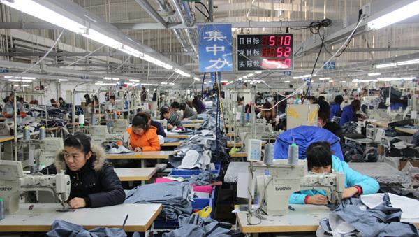 紧张忙碌的服装生产车间