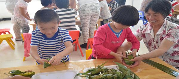 迁安市幼儿园举行亲子包粽子比赛