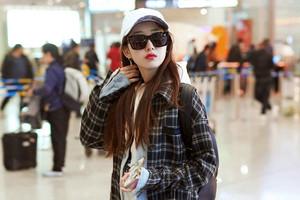 蒋梦婕现身机场 造型休闲妆容清丽