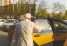 孕妇在出租车上生娃了 交警逆行开路送医院