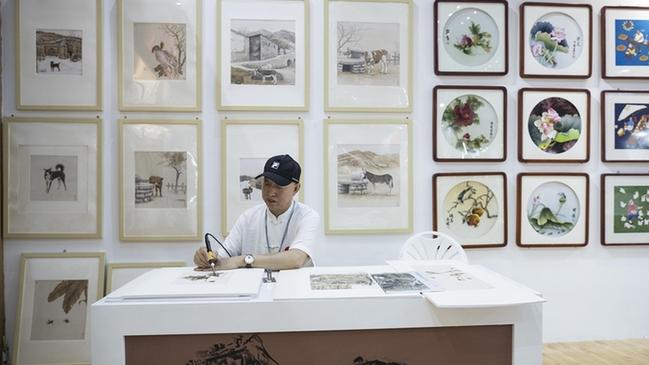 河北民间艺术家亮相文博会 展示传统文化魅力