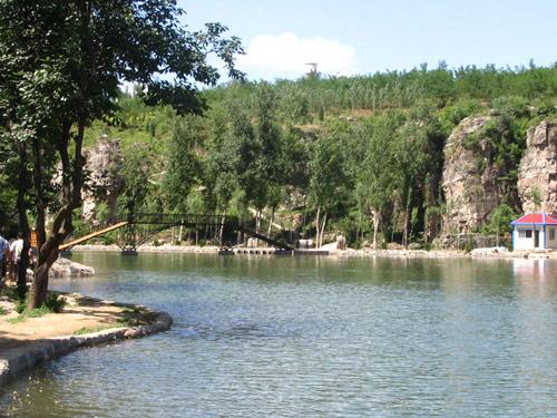 到龙潭峡谷除游泳,划船,垂钓,观鱼,领略自然风光外,还可以参观周围的