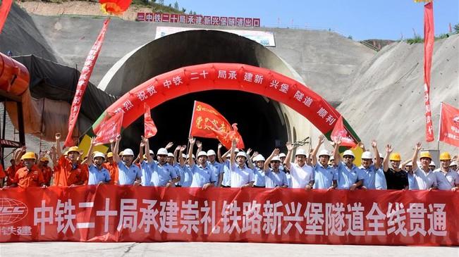 京张高铁崇礼支线新兴堡隧道贯通