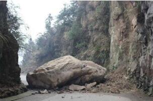 公路落巨石 民警暴雨中站成路标
