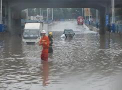 地道桥下9人被困 消防官兵紧急救援