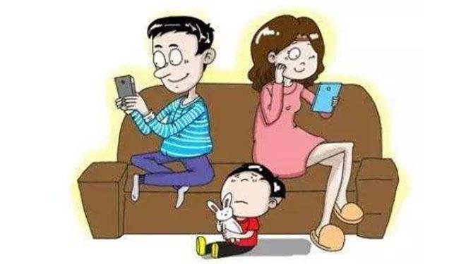 父母玩手机 孩子情商低