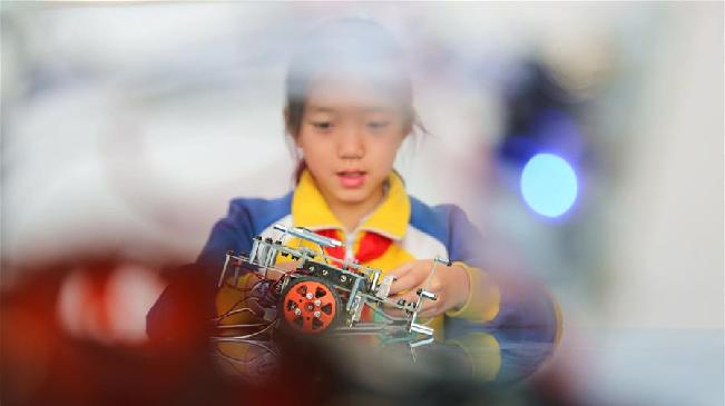承德:机器人课程进小学 激发学生创新力