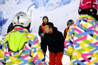 河北首期冬奥医疗保障人员滑雪技能培训启动