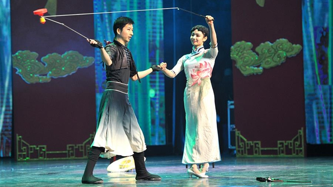 首届中国杂技春晚在河北吴桥举行