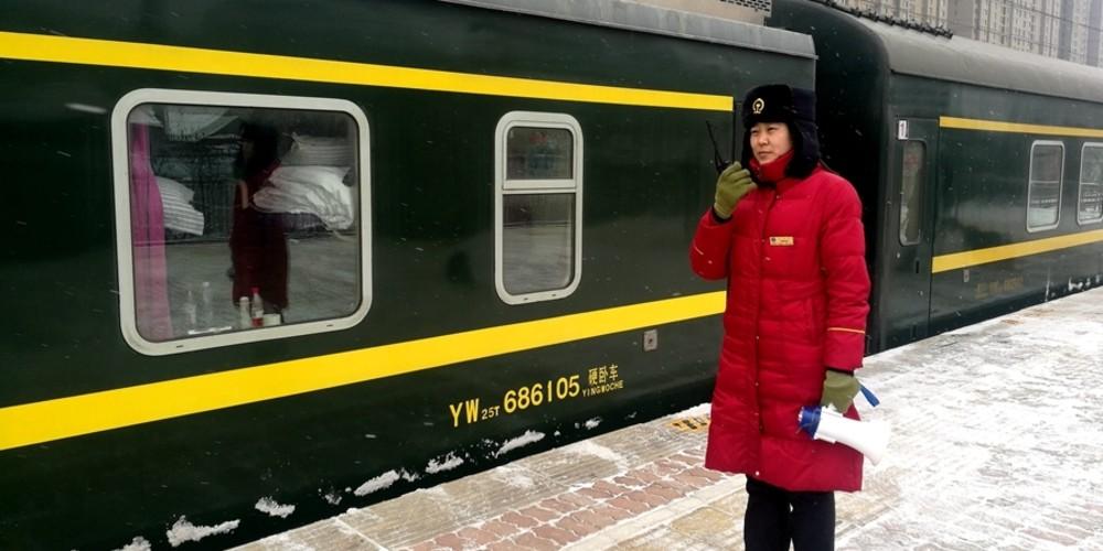 石家莊站:掃雪除冰護航旅客安全出行