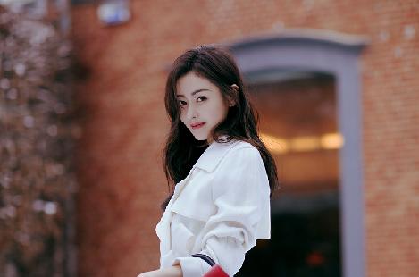 张天爱皑皑白雪间浅笑盈盈 尽显魅力