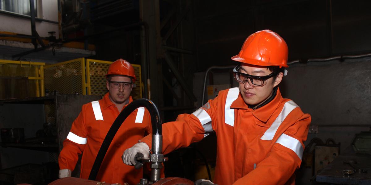 河鋼塞爾維亞公司的中塞員工共同進行作業生産