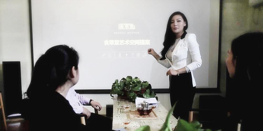 牛睿儀與公司員工探討業務