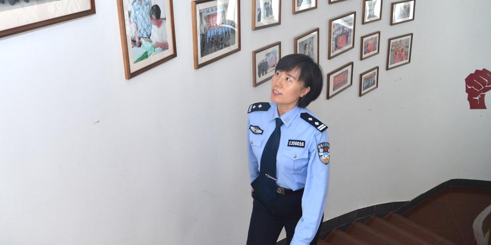 河北省女子強制隔離戒毒所民警李偉在進行日常巡查