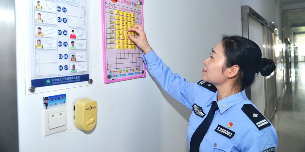 河北省女子強制隔離戒毒所民警趙雅莉在戒毒人員宿舍區
