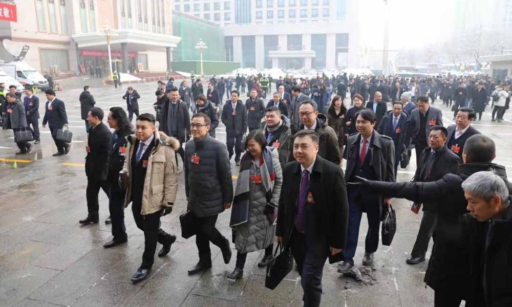 河北省政協十二屆三次會議開幕前,政協委員們步入會場
