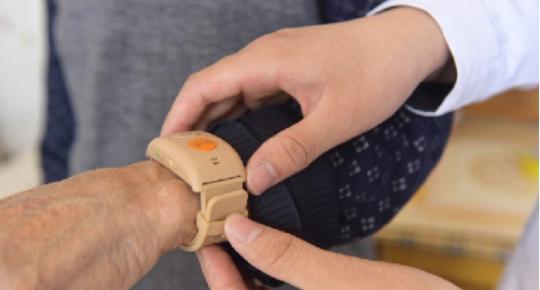 河北隆堯:給貧困戶戴上健康預警手環
