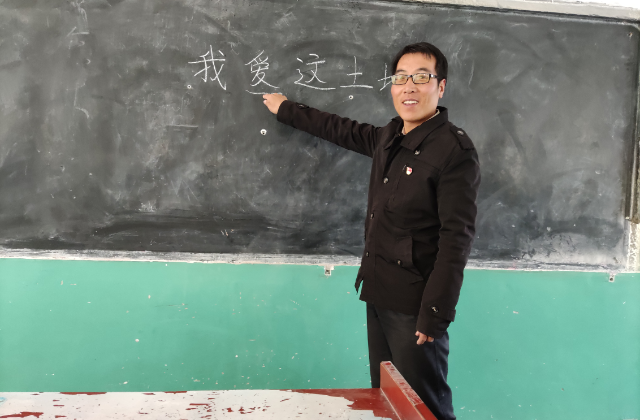 學生送別援藏教師的場景深深觸動了我