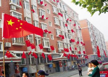 石家庄/石家庄开展五星红旗飘起来活动 国旗示范街亮相