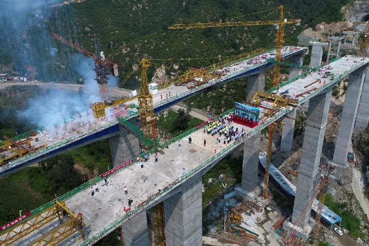 太行山高速西阜保定段胭脂河大桥合龙