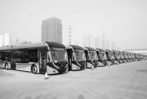 """保定首批17台无轨电车亮相 """"中国红""""外装获赞"""