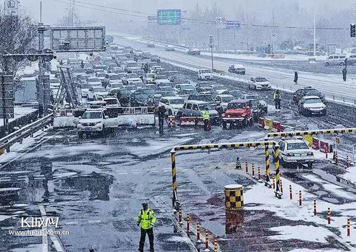 此外,西外环高速,京哈高速,唐津高速以及沿海高速因降雪全线封闭.