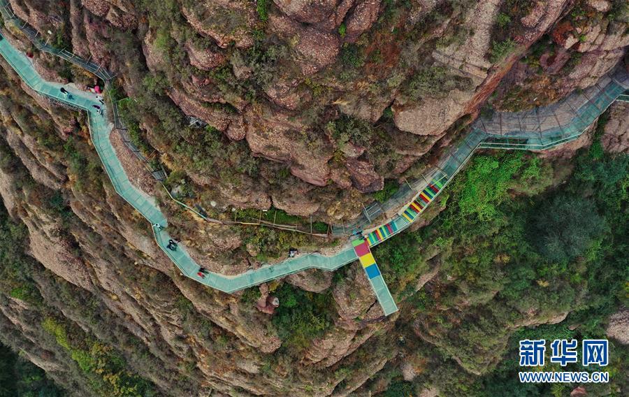 (社会)(3)河北迁安:玻璃栈道上体验多彩假期