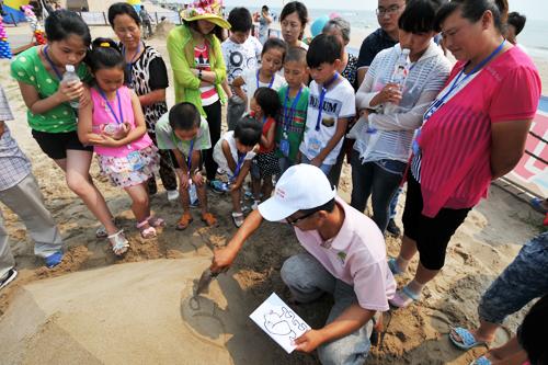 让孩子们体会到制作沙雕的乐趣,以及了解沙雕制作的基本知识和简单的