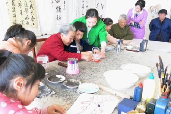 除了陪老人聊天,学生们还帮助老人打扫卫生,整理床铺,并为老人们送来