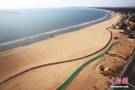 秦皇岛打造中国最长临海沙滩木栈道