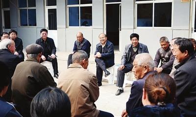 3月25日,市委书记高宏志在武安市活水乡活水村蹲点调研时,同干部图片