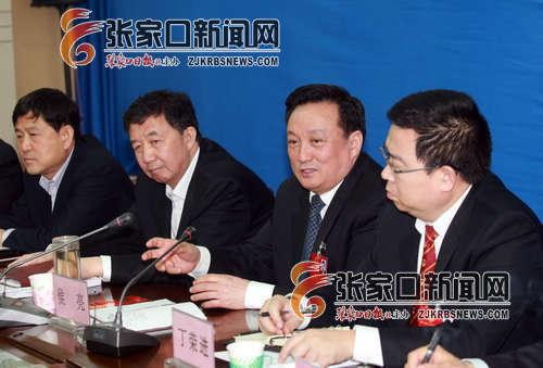 侯亮与宣化县代表团的代表一起审议政府工作报告. 何大为 摄